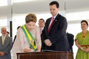 Dilma-dá-posse-a-Kassab-no-Min.-Cidades-1-e1420211489889